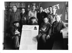 Klaus Trostorff (hintere Reihe, 3. v.l.) im Kreis politischer Häftlinge unmittelbar nach der Selbstbefreiung der Häftlinge des KZ Buchenwald, April 1945. Quelle: Sammlung Gedenkstätte Buchenwald 013-02.076, Aufnahme Alfred Stüber.